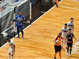 В Бразилии футболист во время матча вырубил соперника приемом из ММА