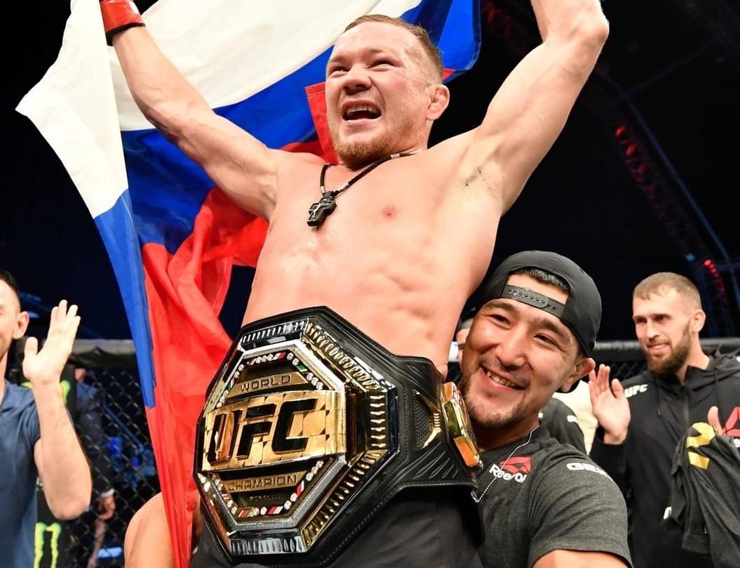 Пётр Ян с поясом после победы на UFC 251